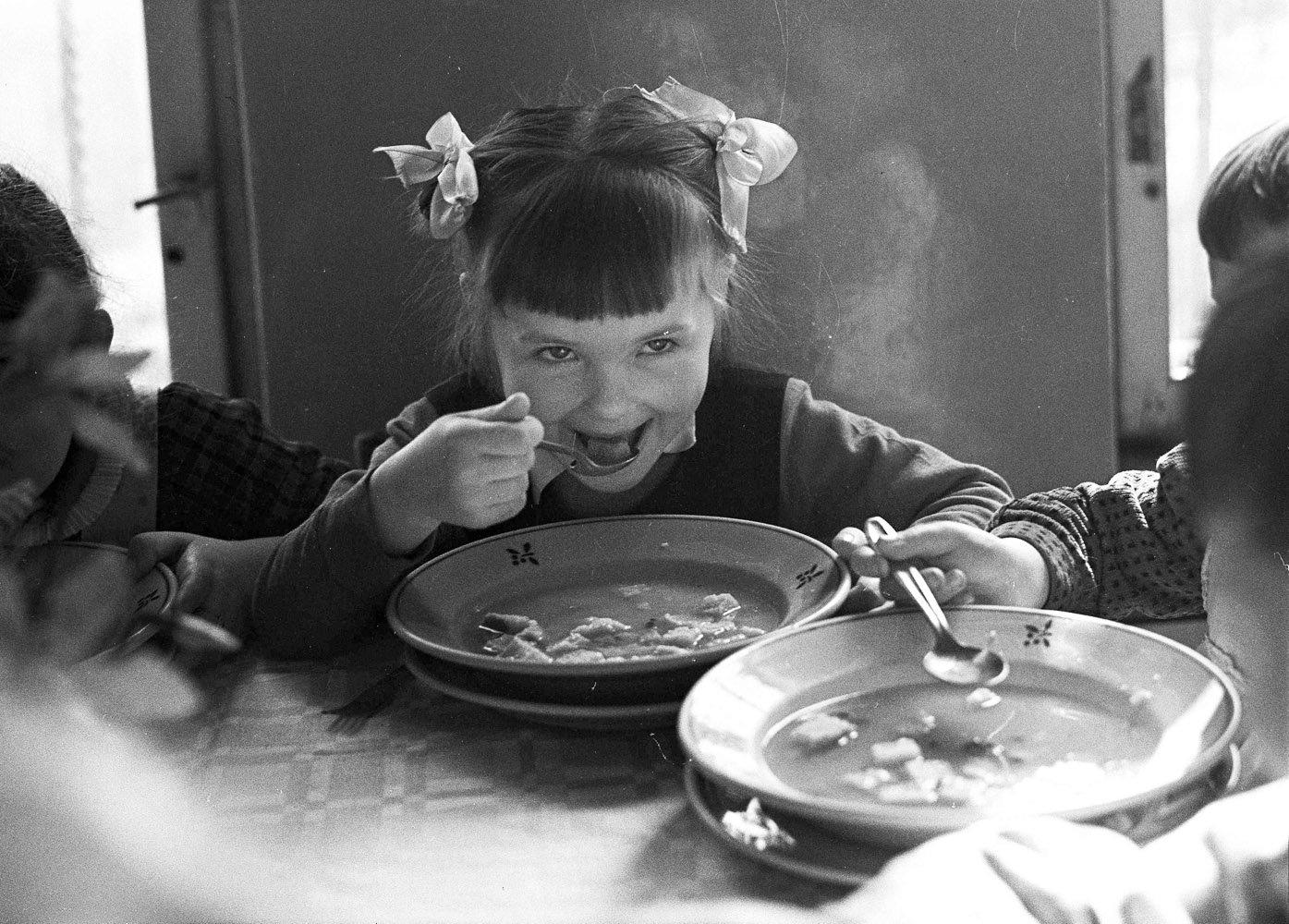 Yetişkinler ve çocuklar için kutlanan masadaki sandviç tarifi