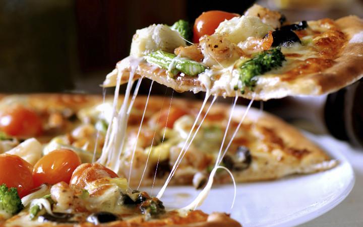 ev-arkadasini-pizza-yemeye-ikna-etmek-yepyeni
