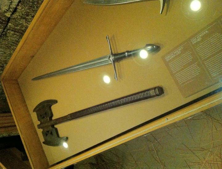 Gimli'nin baltası, Kolcu'nun (Aragorn) kılıcı ve Frodo'nun mektup açacağı
