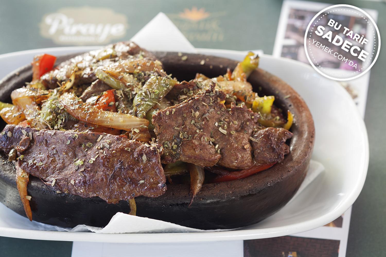 https://yemek.com/tarif/piraye-restaurant-yaprak-ciger/ | Fotoğraf: Özgür Bakır / Piraye Taş Plak Meyhanesi Kiremitte Yaprak Ciğer Tarifi