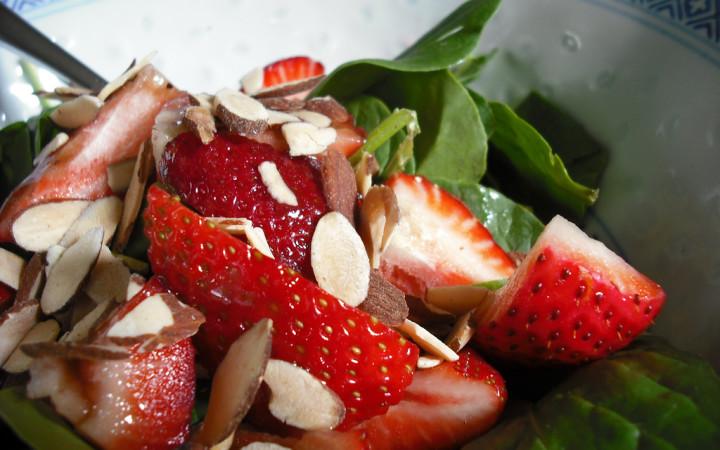 cilekli-ıspanak-salatasi-tarifi-1
