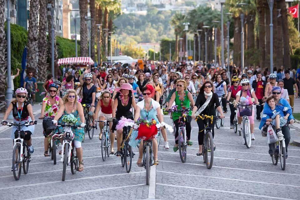 t24 - süslü ve şen kahkahalı kadınlar bisiklet turu