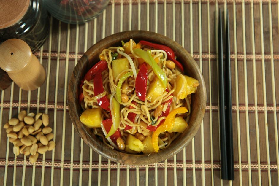 ananaslı yer fıstıklı biberli noodle