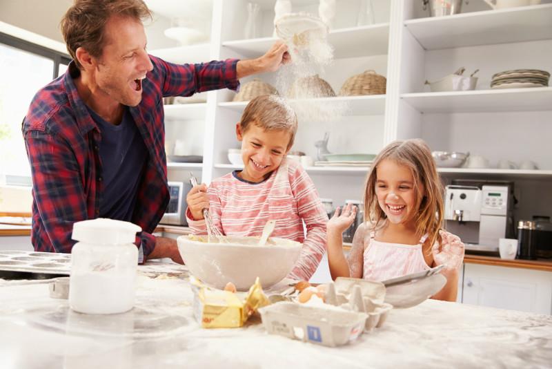 baba-cocuk-yemek-yapmak