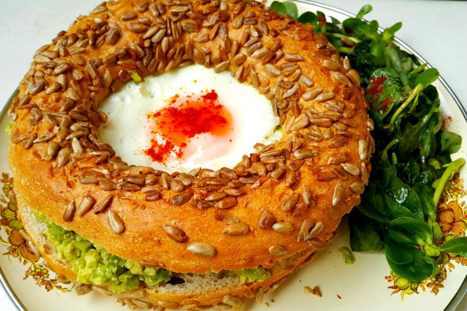 Avokadolu ve Yumurtalı Simit Tarifi