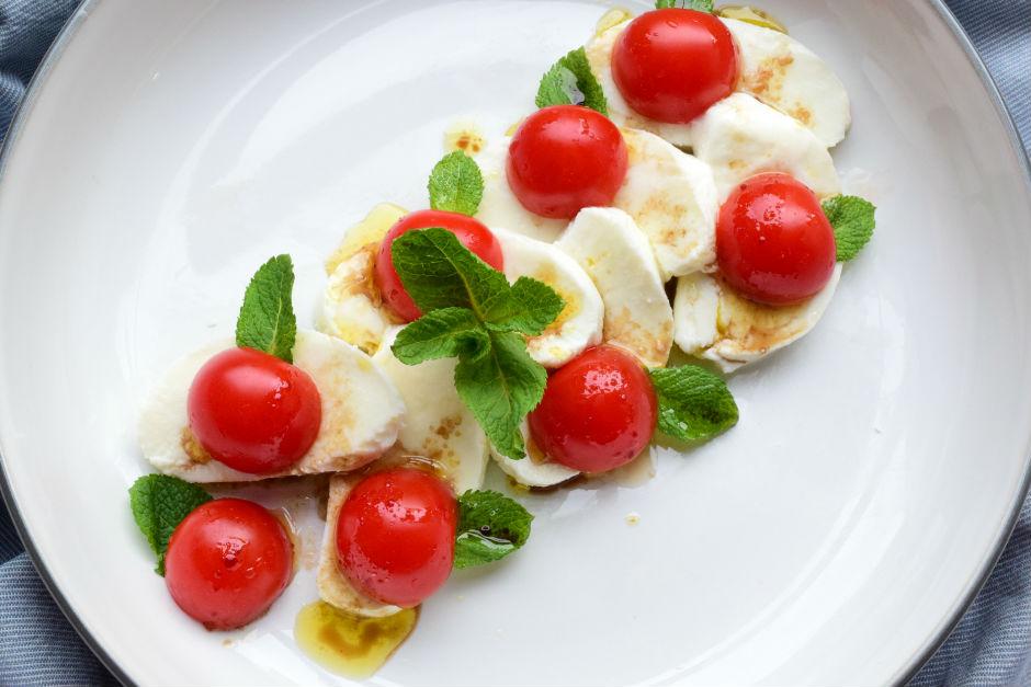 Cherry Domatesli Mozzeralla Salatası Tarifi