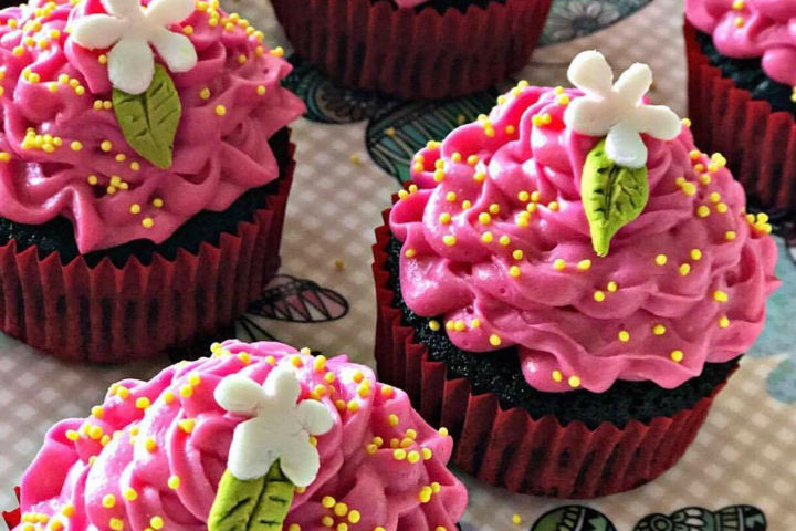 Çilek Kremalı Kakaolu Cupcake Tarifi