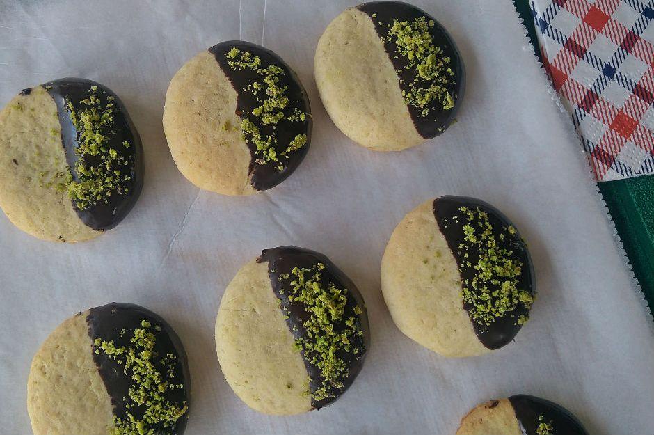 https://yemek.com/tarif/cikolatali-irmikli-kurabiye/#gref | Çikolatalı İrmikli Kurabiye Tarifi