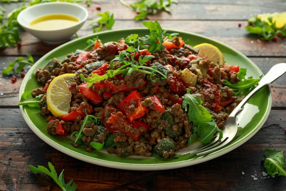 Köz Biberli Yeşil Mercimek Salatası Tarifi
