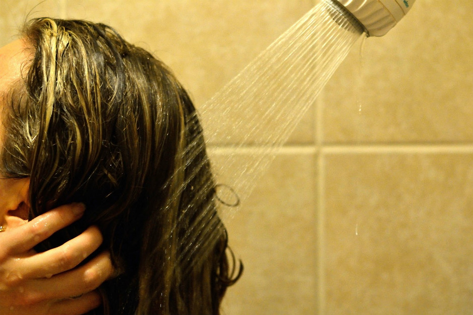 http://www.ashleysgreenlife.com/2012/12/how-to-wash-your-hair-with-no-poo.html | ashleysgreenlife