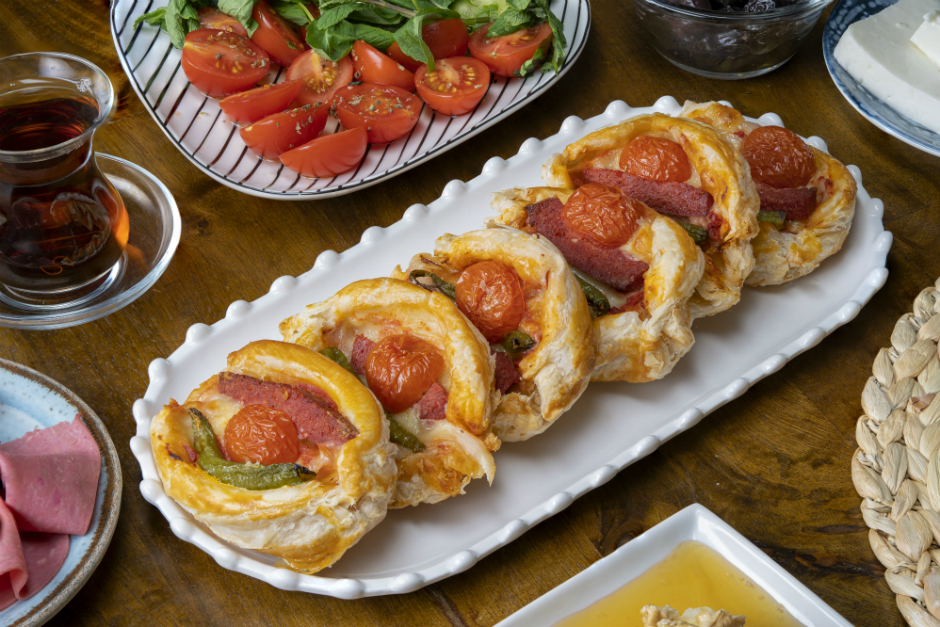 Sucuklu Peynirli Milföy Böreği Tarifi