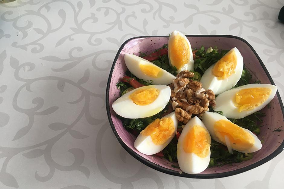 Yumurtalı Kahvaltı Salatası Tarifi