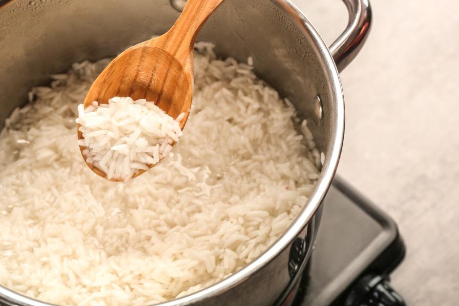 pilav-yaparken-pirinc-islatilmali-mi1