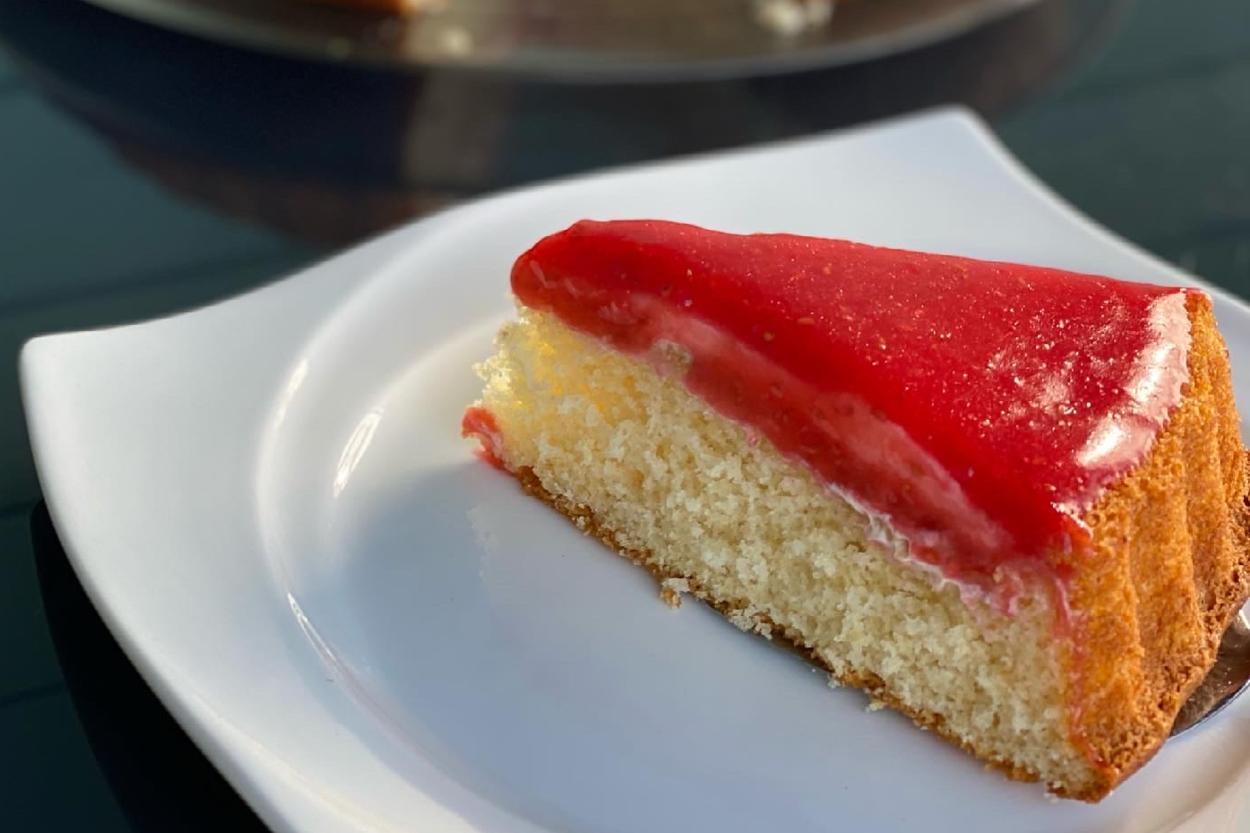 Kırmızı Meyve Soslu Pasta Tarifi