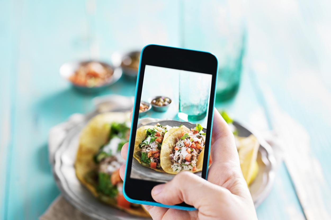 rehber-yemek-fotografi-ceken-telefon