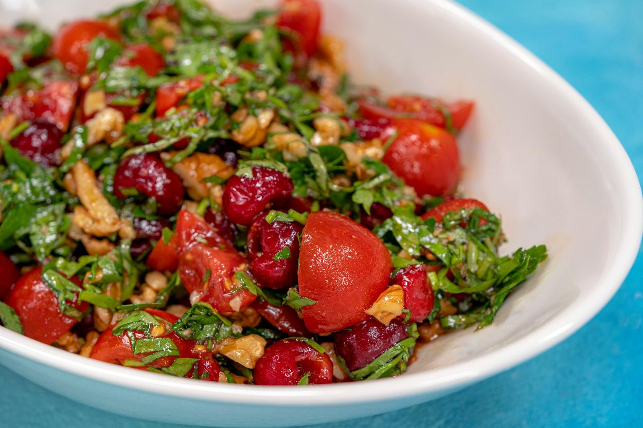 Vişne ve Domatesli Yaz Salatası Tarifi